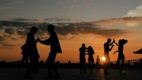 Grupo de pessoas que aprende como dan?ar video estoque