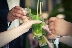 Grupo de pessoas que brinda em um partido Foto de Stock