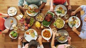 Grupo de pessoas que come na tabela com alimento filme