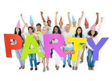 Grupo de pessoas que comemora com balões e presentes Fotos de Stock Royalty Free