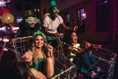Grupo de pessoas que comemora dias do ` s de StPatrick com chuveirinhos Imagem de Stock Royalty Free