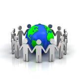 Grupo de pessoas que dá forma ao círculo em torno do mundo Fotografia de Stock Royalty Free