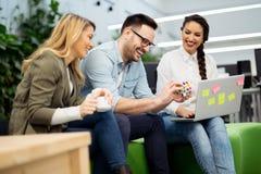 Grupo de pessoas que discute planos na atmosfera informal Imagens de Stock