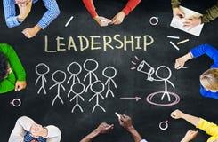 Grupo de pessoas que discute sobre a liderança imagens de stock