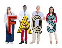 Grupo de pessoas que está guardando o conceito da letra dos FAQ Fotografia de Stock Royalty Free