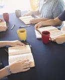 Grupo de pessoas que estuda a Bíblia fora imagem de stock royalty free