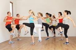 Grupo de pessoas que exercita no estúdio Imagens de Stock