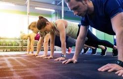 Grupo de pessoas que exercita no Gym Fotografia de Stock Royalty Free