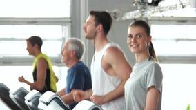 Grupo de pessoas que exercita no gym vídeos de arquivo