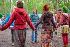 Grupo de pessoas que guarda as mãos em um círculo, harmonia Fotos de Stock