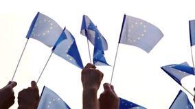 Grupo de pessoas que guarda bandeiras da União Europeia video estoque