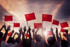 Grupo de pessoas que guarda bandeiras nacionais de China fotos de stock