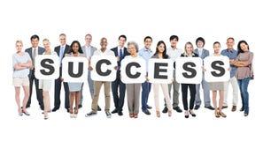 Grupo de pessoas que guarda o sucesso da palavra Imagens de Stock