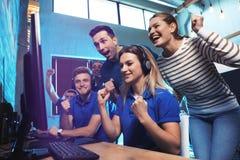 Grupo de pessoas que joga jogos de vídeo imagens de stock royalty free