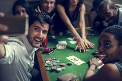 Grupo de pessoas que joga o jogo no casino e que toma o selfie foto de stock royalty free