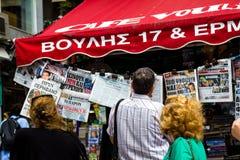 Grupo de pessoas que lê os jornais em Atenas Grécia fotografia de stock royalty free