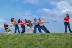 Grupo de pessoas que puxa a corda Foto de Stock