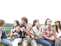 Grupo de pessoas que relaxa ao ar livre com café fotografia de stock royalty free