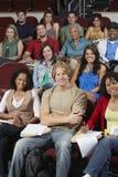 Grupo de pessoas que senta-se na sala de aula foto de stock royalty free