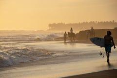 Grupo de pessoas que tem a aventura da equitação na praia do mar da areia fotos de stock royalty free