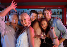 Grupo de pessoas que tem o divertimento na barra ocupada fotos de stock royalty free