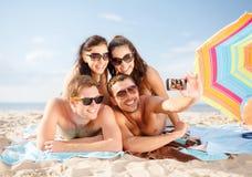Grupo de pessoas que toma a imagem com smartphone Fotografia de Stock Royalty Free