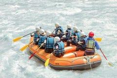 Grupo de pessoas que transporta na água branca, férias ativas Imagem de Stock