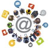 Grupo de pessoas que usa dispositivos de Digitas com símbolo social dos meios imagem de stock