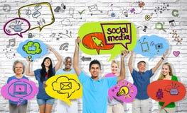 Grupo de pessoas social das comunicações dos meios foto de stock royalty free