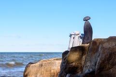 Grupo de piedras en costa Imagen de archivo libre de regalías