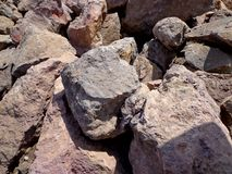 Grupo de piedras naturales de la roca llenadas encima de junto Fotos de archivo libres de regalías