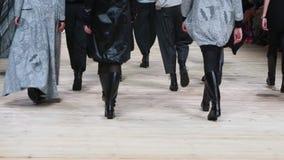 Grupo de piernas en el desfile de moda almacen de video