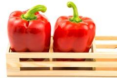 Grupo de pimentas vermelhas doces na caixa de madeira Fotos de Stock Royalty Free