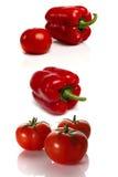 Grupo de pimentas vermelhas e de tomate em um fundo branco Imagem de Stock