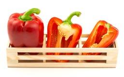 Grupo de pimientas rojas dulces en la caja de madera Imagen de archivo