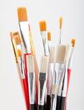 Grupo de pincéis coloridos em um fundo cinzento. Foto de Stock Royalty Free