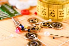 Grupo de pinos da costura com cabeças coloridas Foto de Stock