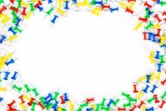 Grupo de pinos do impulso em cores diferentes quadro dos percevejos no whi Imagem de Stock Royalty Free