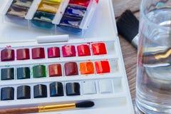 Grupo de pinturas da aquarela com escovas Fotos de Stock Royalty Free