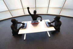 Grupo de piratas informáticos anónimos que trabajan con los ordenadores en oficina Fotos de archivo libres de regalías