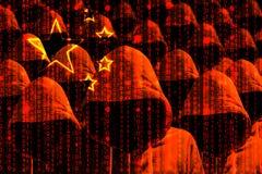 Grupo de piratas informáticos encapuchados que brillan a través de una bandera china digital foto de archivo libre de regalías