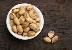 Grupo de pistachos en un cuenco Foto de archivo libre de regalías