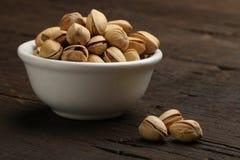 Grupo de pistachos en un cuenco Imagen de archivo libre de regalías