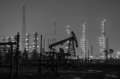 Grupo de plataformas petroleras y de manantial en el fondo de la refinería Fotos de archivo libres de regalías