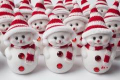 Grupo de pocos hombres de la nieve que se colocan en una fila   Fotos de archivo libres de regalías