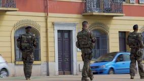 Grupo de polícias que patrulham a cidade, a ordem pública, a segurança e a proteção filme