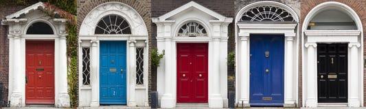 Grupo de portas coloridas em Dublin das épocas Georgian do século XVIII Imagens de Stock