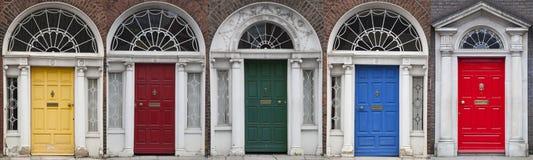 Grupo de portas coloridas em Dublin das épocas Georgian do século XVIII Imagem de Stock Royalty Free