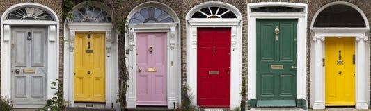 Grupo de portas coloridas em Dublin das épocas Georgian do século XVIII Imagem de Stock