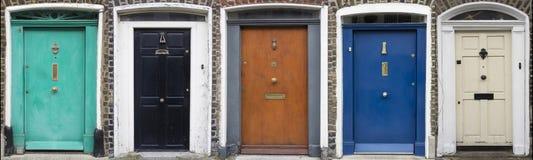 Grupo de portas coloridas em Dublin das épocas Georgian do século XVIII Fotos de Stock